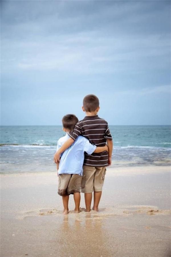 Anh em mình cùng nhau ngắm nhìn đại dương bao la để cùng mơ những ước mơ thật vĩ đại, em nhé.