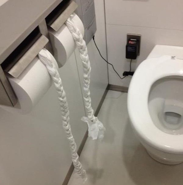 """Tác giả của tóc đuôi sam tết từ giấy vệ sinh chắc hẳn phải rất kiên nhẫn để có được """"tác phẩm"""" như thế này."""