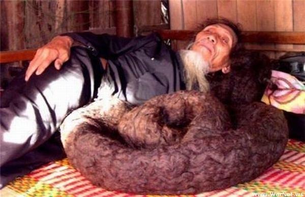 Khi ngủ, cụđặt tóc nằm cuộn tròn cạnh người giống như đang ngủ cùng con trăn to bằng bắp chân.