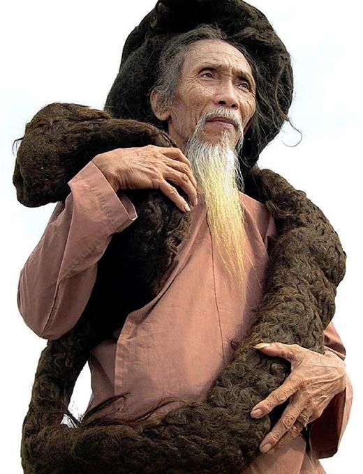 Vợ cụ nói rằng khi tóc càng dài thì tâm cụ càng hướng Phật.