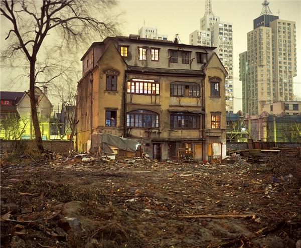 Ngôi nhà to lớn nhưng lạnh lẽo và đầy cô đơn này đã tồn tại hơn một thế kỉ nay, giữa lòng thành phố Thượng Hải hiện đại và sầm uất. (Ảnh: Getty Images)
