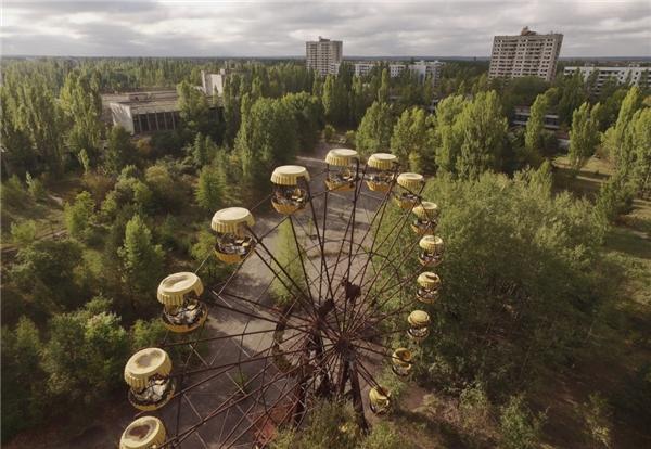 Pripyat, một thành phố gần 50.000 dân, đã hoàn toàn bị bỏ rơi sauthảm họa hạt nhân Chernobyl gần đó vào năm 1986. Do bức xạ, nó đã được giữ nguyên kể từ khi vụ việc xảy ra và sẽ còn tiếp tục nhiều ngàn năm trong tương lai. Cảnh quan thiên nhiên trong thành phố nàytrông chẳng khác gì một bộ phim ngày tận thế. (Ảnh: Getty Images)