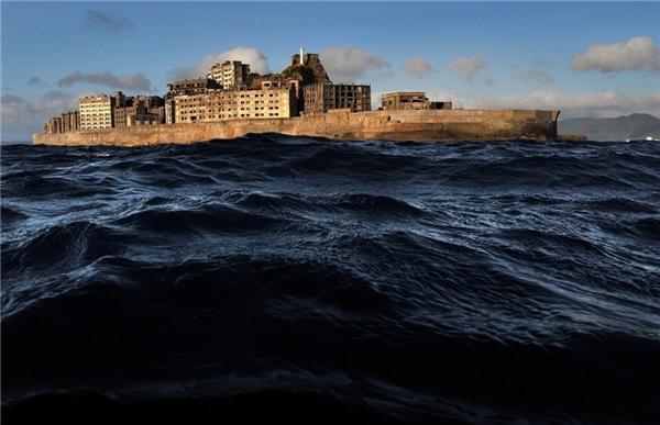 Hoang tàn, mục nát và như chìm dần xuống lòng đại dương, thị trấn Gunkanjima ở Nhật Bản được cho là đô thị hoang vắng nhất trên trái đất. (Ảnh: Getty Images)