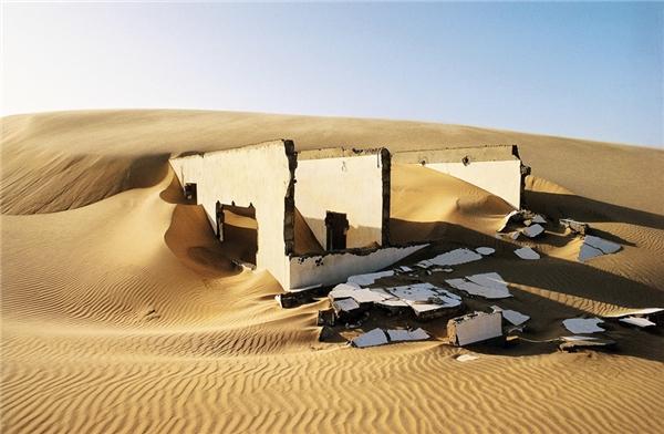Một ngôi nhà đổ nát, nằm vùi dưới lớp cát sa mạc Sahara. (Ảnh: Getty Images)