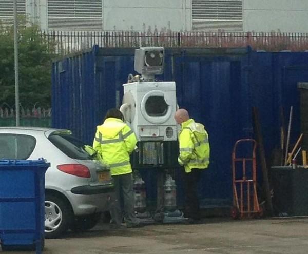 Hai người vẫn còn cảm thấy cô đơn thì phải tạo ra ngay một chú robot từ những đồ phế thải để góp vui.