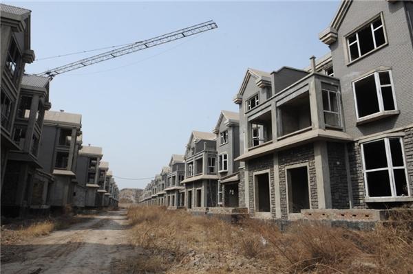 """""""Thị trấn ma"""" với 100 căn biệt thự bị bỏ hoang này nằm ở Thái Nguyên, tỉnh Sơn Tây, Trung Quốc. Được biết, cụm biệt thự được xây dựng vào năm 2008 và sau đó bị bỏ hoang do chính quyền địa phương tuyên bố đây là công trình xây dựng tráiphép. (Ảnh: Getty Images)"""