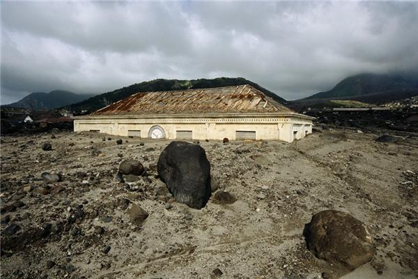 Những mái nhàtrở nên lẻ loi, trần trụi giữa thiên nhiên sau khi núi lửa phun trào tại Montserrat vào năm 1997. (Ảnh: Getty Images)