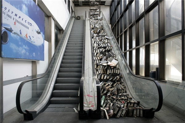 Sân bay quốc tế Ellenikon (Athens, Hy Lạp) sầm uất một thời đã bị bỏ hoang từ năm 2001 – sau khi sân bay Athens ra đời để phục vụ cho Olympic Athens năm ấy. (Ảnh: Getty Images)