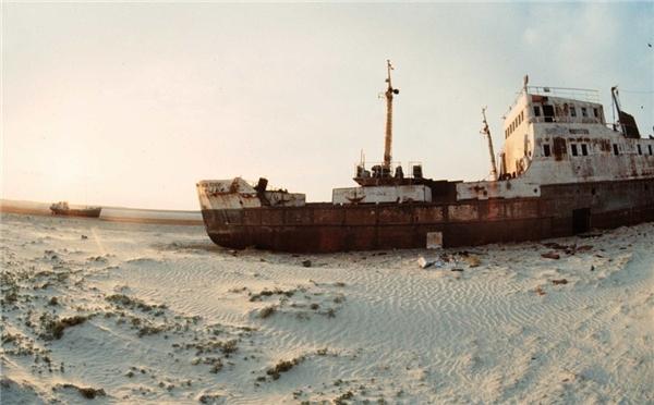 Một con tàu lớn nhuốm màu thời gian ở sa mạc Aral, Kazakhstan. (Ảnh: Getty Images)