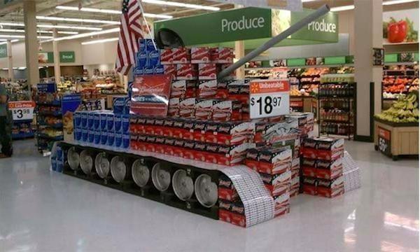 Chiếc xe tăng làm từ đồ dùng trong cửa hàng tiện ích này sẽ càn quét đi nỗi buồn chán của nhân viên làm việc nơi đây.