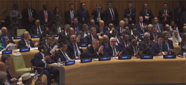 ...và được các đại biểu đến từ các quốc gia vỗ tay nhiệt tình.