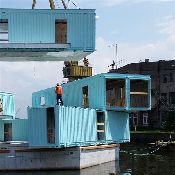 Vật liệu chính là các thùng container chở đồ với kết cấu chắc chắn và tiện dụng