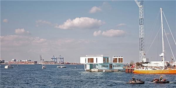 Địa điểm xây dựng ký túc xá nổi đầu tiên là một bến tàu gần trung tâm Copenhagen. Nơi này rất phù hợp cho việc đi lại, học hành của sinh viên.