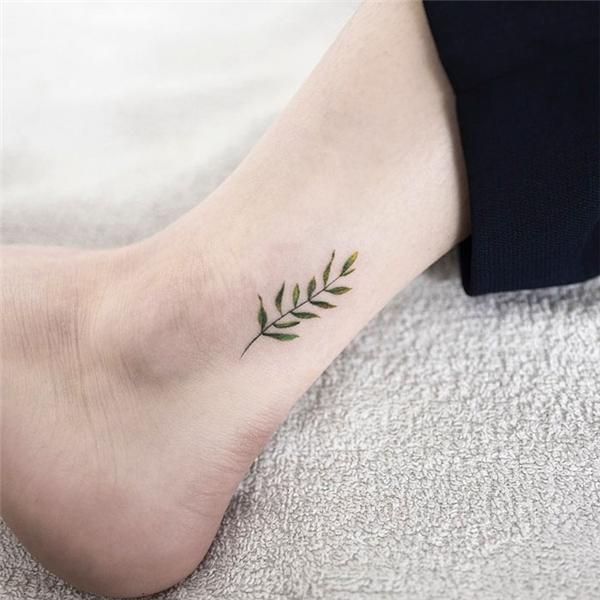 Nhánh cây nhỏ với những chiếc lá xanh biếc làm vùng da dưới gót chân của bạn trông sáng sủahơn rất nhiều.