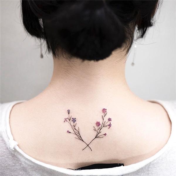 Hai nhánh hoa nhỏ nhìnđơn giản nhưng lạiđược chăm chút tỉ mỉ đến từng chi tiết và đặc biệt là nổi bật vô cùng trên làn da trắng nõn nà.