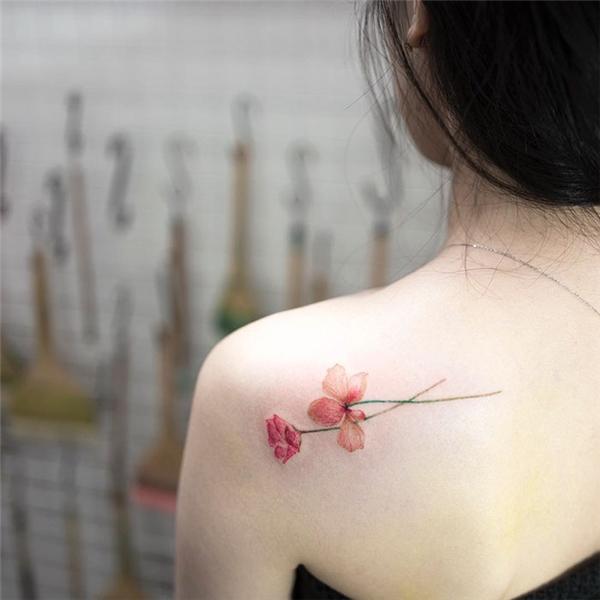 Nếu bạn là một cô nàng nhẹ nhàng nữ tính thì họa tiết hoa sẽ giúp bạn khắc họa tính cách của mình rõ nét nhất.