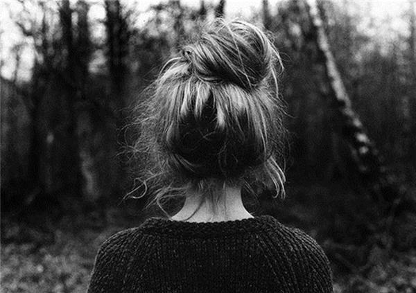 Xõa tóc hoặc búi tóc thật cao: Nếu tết tóc bím hoặc buộc tóc đuôi ngựa, khả năng bạn bị tóm tóc khống chế là rất cao. Nếu xõa tóc hoặc búi lên cao, đối phương khó có khả năng tiếp cận phần đầu của bạn hơn.