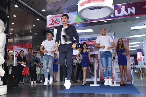 Ngay sau đó, Isaac đã trình diễn một số ca khúc sôi động để dành tặng các fan có mặt tại buổi giao lưu.