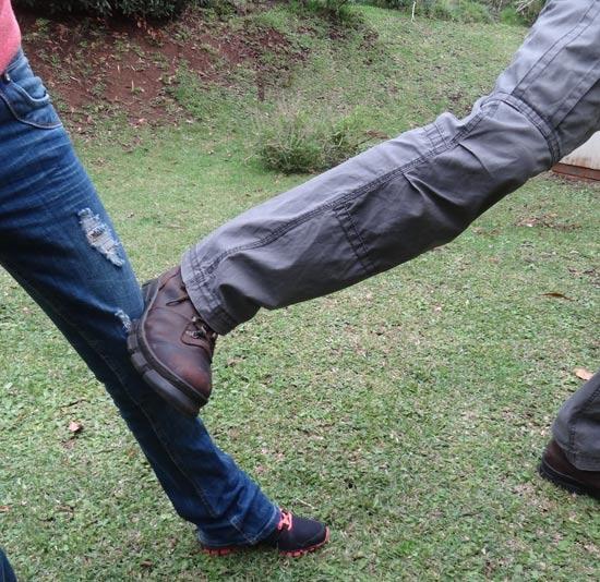 Đá vào đầu gối: Đầu gối là một yếu huyệt. Nếu kẻ tấn công cố gắng tiếp cận bạn, hãy sử dụng lòng bàn chân và đá vào đầu gối hắn rồi bỏ chạy, bạn sẽ dễ dàng khóa chân hắn, không cho hắn di chuyển về phía trước, đồng thời khiến chân hắn bị yếu, không thể đuổi theo bạn.