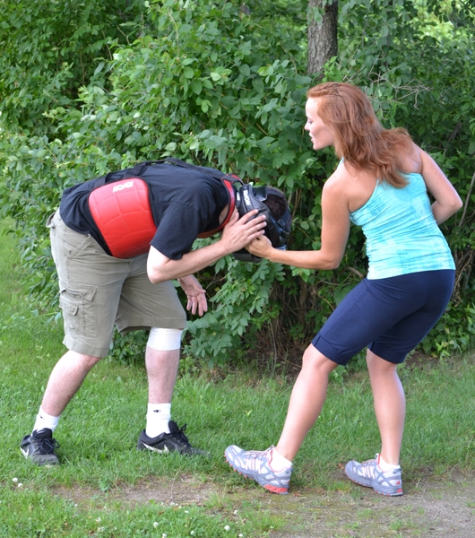 Kéo tai: Tai là một bộ phận vô cùng nhạy cảm. Nếu kẻ tấn công tiếp cận bạn, hãy nắm lấy tai hắn và kéo thật mạnh rồi bỏ chạy.