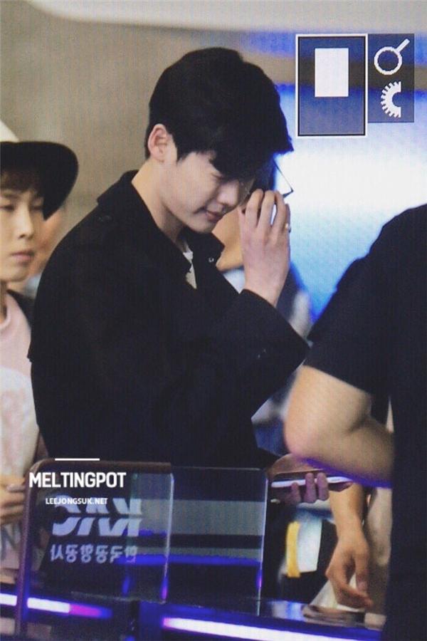 """""""Mĩ nam truyện tranh"""" Lee Jong Suk phong độ lên đường gặp fan"""