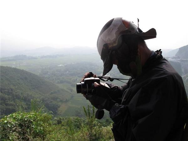 Đi tới đâu ông cũng ghi chép, chụp hình lại làm kỉ niệm.(Ảnh: Thanh Tung Nguyen)