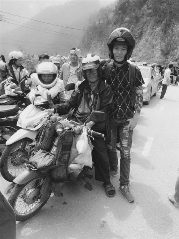 Rất nhiều bạn trẻ đã chụp lại ảnh kỉ niệm khi gặp cụ trên đường. (Ảnh: Internet)