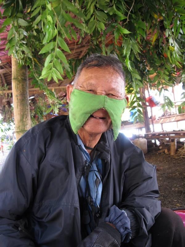 Không ngại khó khăn, vất vả, ông cụ vẫn luôn tươi cười vui vẻ trong mọi chuyến đi.(Ảnh: Thanh Tung Nguyen)