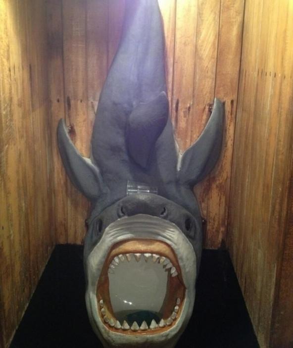 Má ơi có cá mập khổng lồ tấn công nhà vệ sinh.