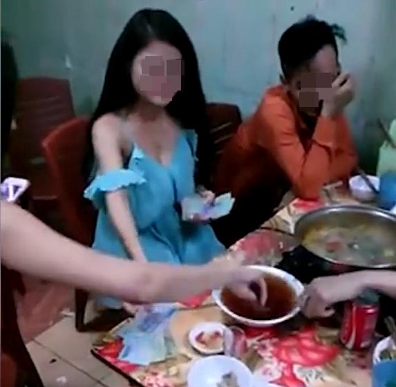 Sau khi hoàn thành trách nhiệm cạn17 chén rượu trong cuộc thử thách, cô gái còn uống thêm 1 chén bên ngoài để người thua cuộc phải tâm phục khẩu phục.