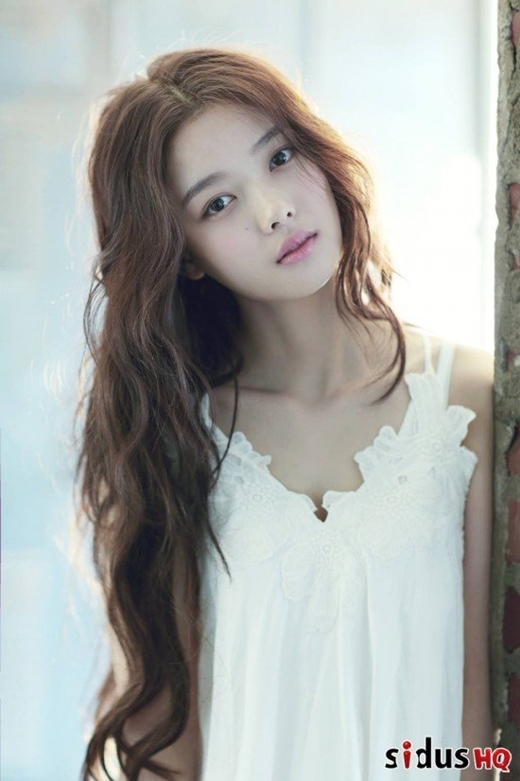 Kim Yoo Jung trông mê đầy mê hoặc với kiểu tóc này.