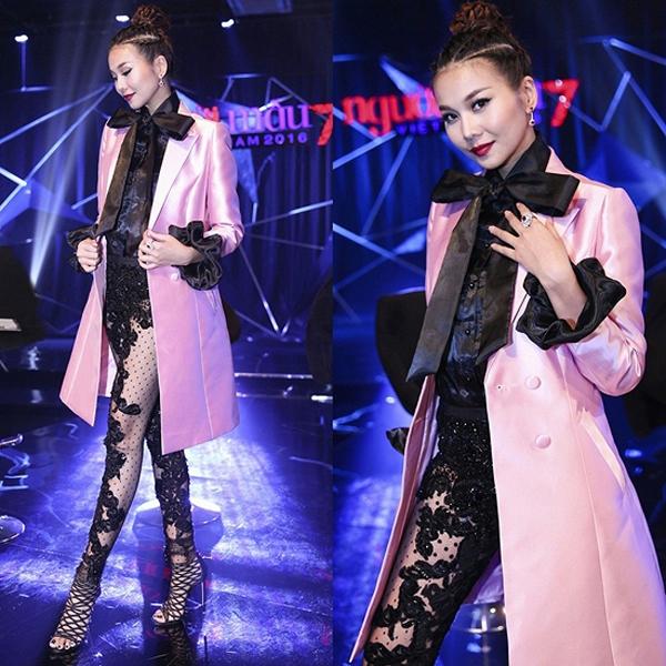 Phong cách thời trang của Thanh Hằng trên ghế nóng Vietnam's Next Top Model 2016 luôn biến hóa đa dạng khiến khán giả, người hâm mộ vô cùng thích thú. Tuy nhiên, bộ cánh mới nhất được chia sẻ lại khiến họ cảm thấy khó hiểu về cách kết hợp chất liệu, màu sắc, kiểu dáng.
