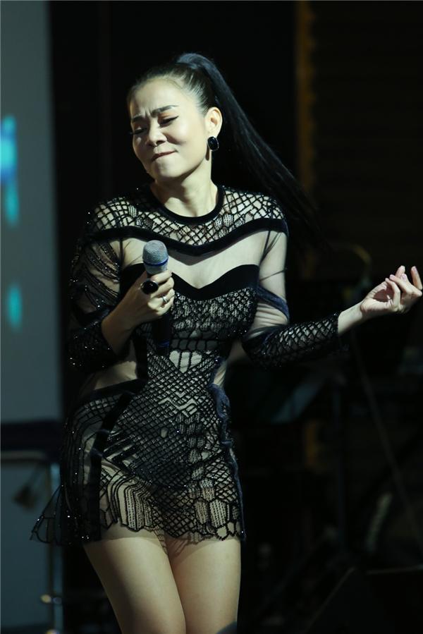 """Mở màn buổi tiệc sinh nhật ấm cúng, """"nữ hoàng nhạc dance"""" đã mang đến cho khán giả những tiết mục mang đậm phong cách Thu Minh. - Tin sao Viet - Tin tuc sao Viet - Scandal sao Viet - Tin tuc cua Sao - Tin cua Sao"""