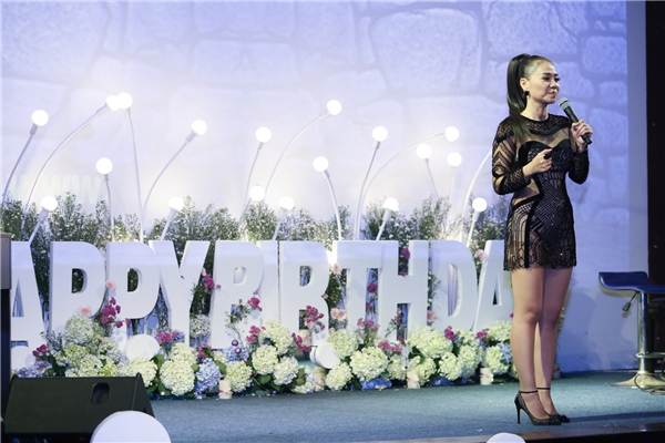 Bắt đầu đi hát từ năm 16 tuổi, đến nay Thu Minh đã có hơn 20 năm hoạt động nghệ thuật. Nhìn lại chặng đường đã qua, nữ ca sĩ không khỏi bùi ngùi xúc động khi vẫn nhận được nhiều tình cảm từ khán giả dành cho cô. - Tin sao Viet - Tin tuc sao Viet - Scandal sao Viet - Tin tuc cua Sao - Tin cua Sao