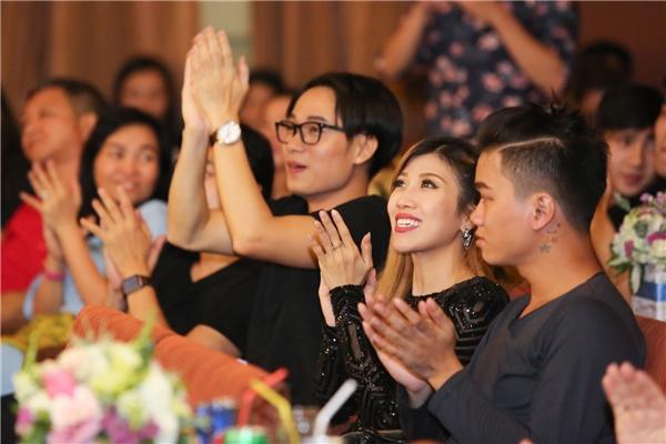 Nữ ca sĩ Trang Pháp, Trúc Nhân hào hứng khi lắng nghe Thu Minh trình bày các bài hát sôi động. - Tin sao Viet - Tin tuc sao Viet - Scandal sao Viet - Tin tuc cua Sao - Tin cua Sao