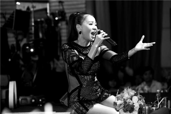 """Thu Minh là một trong những nữ ca sĩ tên tuổi của Việt Nam và được nhiều khán giả yêu mến.Cô cũng từng có thời gian được ưu ái gọi là """"Celine Dion của Việt Nam"""" vàlà một """"Chuông gió của làng nhạc Việt"""" nhờ sở hữu quãng giọng khủng (trải dài hơn 4 quãng 8) cùng chất giọng nữ cao màu sắc (coloratura soprano) cao vút và bay bổng thiên bẩm chứ không hề qua bất cứ trường lớp đào tạo thanh nhạc bài bản nào - Tin sao Viet - Tin tuc sao Viet - Scandal sao Viet - Tin tuc cua Sao - Tin cua Sao"""