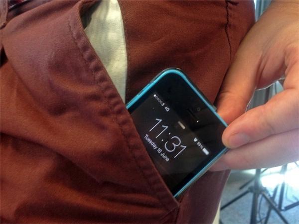 Sau một ngày làm việc căng thẳng, bạn có thể tách rời chiếc điện thoại khi đã trở về nhà. Từng có những nghiên cứu cho thấy, đàn ông để điện thoại trong túi quần quá lâu có thể làm giảm số lượng và khả năng vận động của tinh trùng. (Ảnh: Internet)