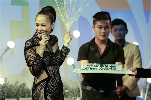 Trong khoảnh khắc thổi nến mừng sinh nhật, nữ ca sĩ vừa vui vừa xúc động. Cô dành nhiều lời cảm ơn đến gia đình, người hâm mộ và bạn bè thân thiết. - Tin sao Viet - Tin tuc sao Viet - Scandal sao Viet - Tin tuc cua Sao - Tin cua Sao