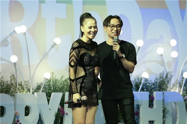 Nam ca sĩ Trúc Nhân lên sân khấu biểu diễn cùng Thu Minh và chúc mừng sinh nhật người thầy của anh. - Tin sao Viet - Tin tuc sao Viet - Scandal sao Viet - Tin tuc cua Sao - Tin cua Sao