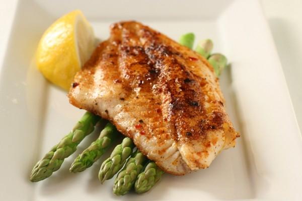 Thường xuyên ăn những thực phẩm có lợi cho hệ thần kinh như rau quả, các loại thịt đỏ, sữa tươi, lòng đỏ trứng, thực phẩm nhiều omega – 3. Vì hệ thần kinh là cơ quan đầu tiên bị ảnh hưởng bởi sóng điện từ nên cần được bảo vệ. (Ảnh: Internet)