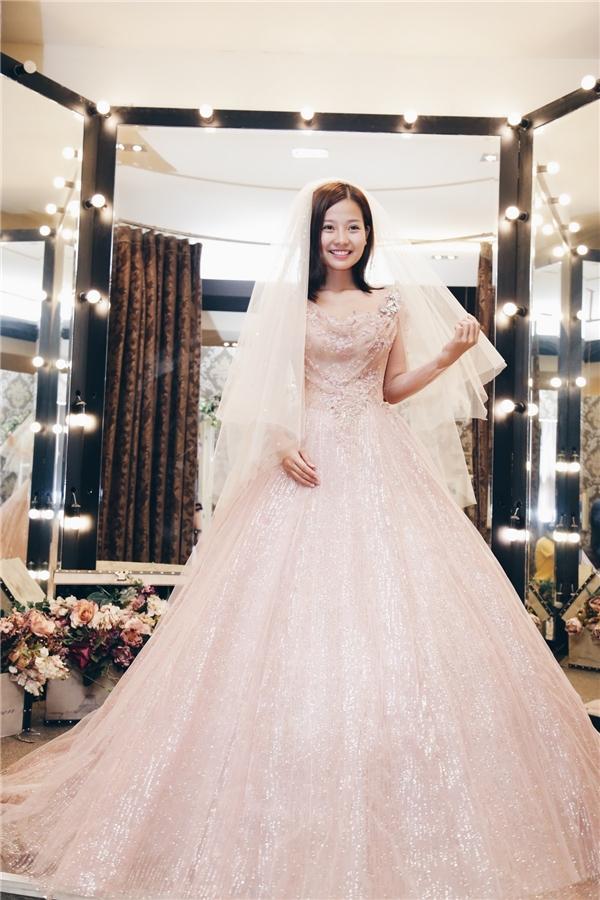 Khánh Hiền chọn những bộ trang phục với tông màu pastel nhẹ nhàng, ngọt ngào mang lại vẻ ngoài thanh tú cho cô trong ngày trọng đại. Thoạt nhìn, nữ diễn viên tựa như nàng công chúa bước ra từ những câu chuyện thần thoại.