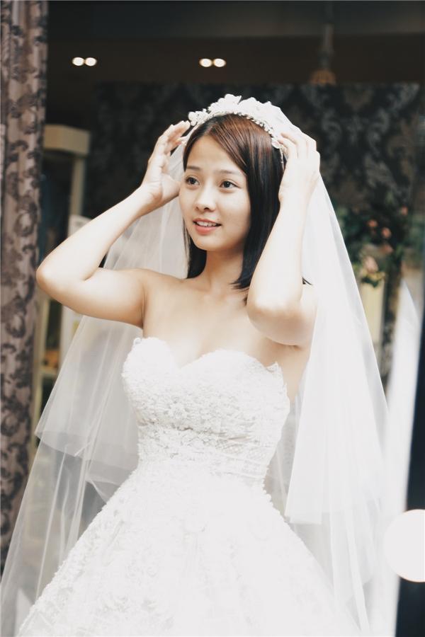 Màu trắng dĩ nhiên không thể thiếu trong ngày trọng đại. Chiếc đầm tạo nên sự gợi cảm, duyên dáng cho cô dâu qua đường cắt cúp ở ngực, hoạ tiết ren truyền thống được phối trộn tinh tế.