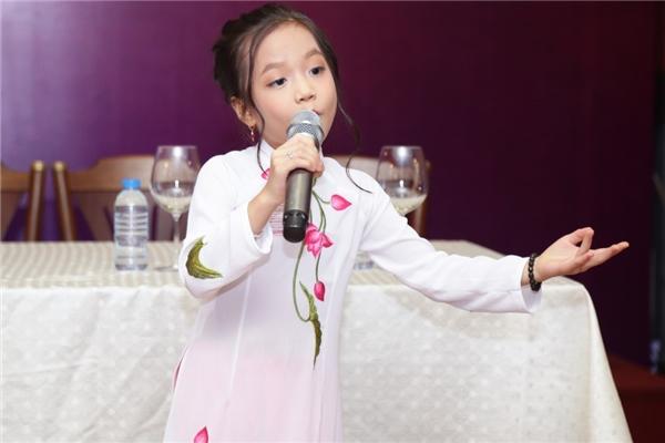 """Nghệ sĩĐại Nghĩa chia sẻ rằng cô bé 6 tuổi chính là """"Thánh Tu"""", vì chỉ mới 6 tuổi nhưng đã có thể hát thuần thục và điêu luyện các làn điệu dân ca truyền thống như hát xẩm, chèo, xoan, ca trù, vọng cổ."""