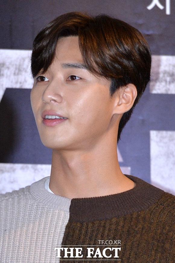"""Mĩ nam Park Seo Joon cũng """"lột xác"""" với hình tượng nam tính với làn da rám nắng. Anh sẽ tái ngộ khán giả màn ảnh nhỏ thông qua dự án cổ trang Hwarang được lên sóng thời gian tới."""