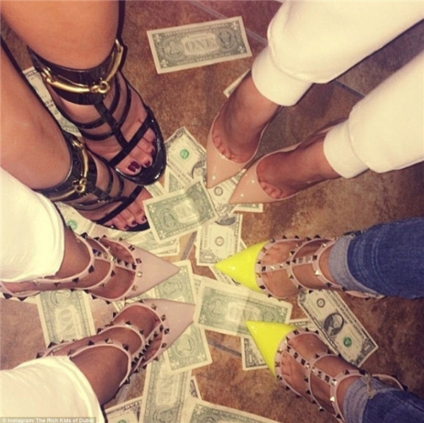 Tiền chẳng có nghĩ lí gì cả, chúng chỉ là thứ vật chất tầm thường phục vụ chúng tôi và sẵn sàng bị chúng tôi giẫm đạp bất cứ lúc nào.