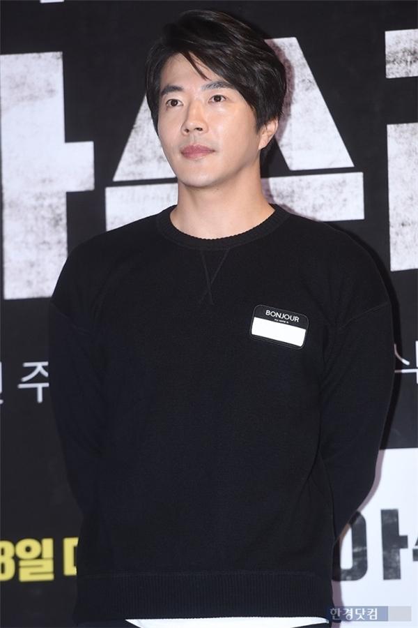 """""""Mất tích"""" khá lâu, Kwon Sang Woo cũng có mặt và nhanh chóng trở thành tâm điểm chú ý của sự kiện."""