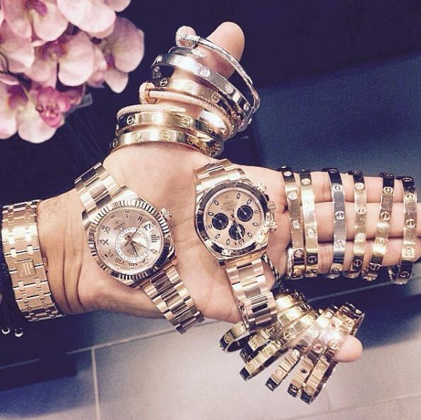 Kim cương, trang sức, đồng hồ,... nhiều thế này đeo đôi lúc cũng nặng tay lắm.
