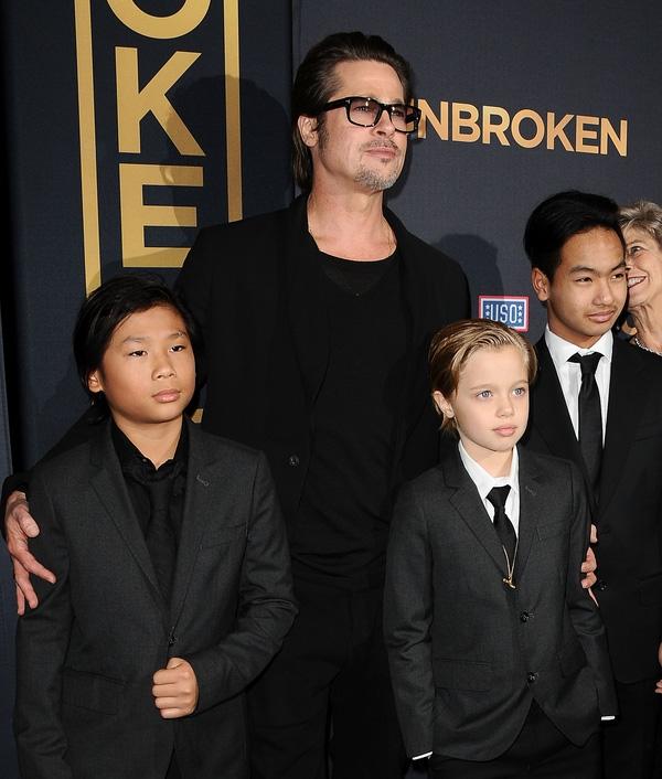 Brad bên các con trai.