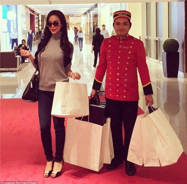 Hạnh phúc nhất khi đi mua sắm chính là có phục vụ đi theo xách đồ. Có thể tốn tiền chứ tuyệt đối không được tốn sức.