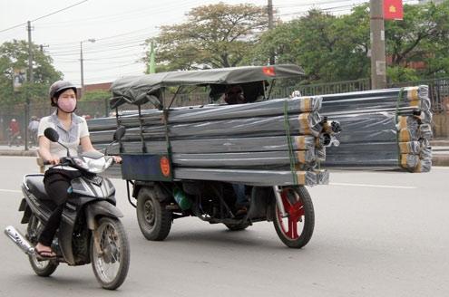 Hình ảnh những chiếc xe ba gác chở cồng kềnh vật liệu xây dựng thế này không còn là hình ảnh xa lạ với mọi người. Đây là phương án được nhiều người lựa chọn vì tiết kiệm chi phí.(Ảnh: Internet)